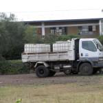Dieser Laster mit Wassertanks fuhr mehrmals täglich die Schule an