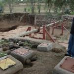 An dieser Stelle geht nun die eigene Wasserleitung mit Pumpe (unter einzementiertem Deckel wie hier im Bild) von der militärischen Hauptwasserleitung ab.