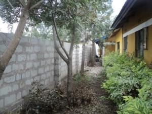 Erstes Teilstück der Mauer um die Yakini Schule
